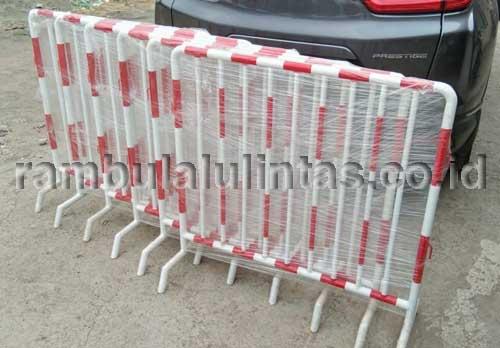 Road barrier besi